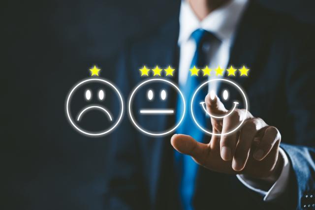 高評価を選ぶビジネスマン